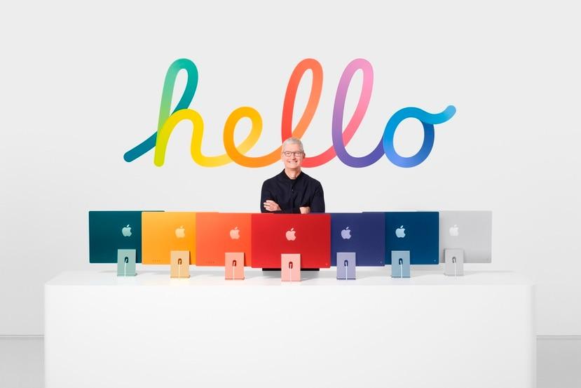 El presidente de Apple, Tim Cook, muestra la nueva línea de iMacs con procesadores M1.