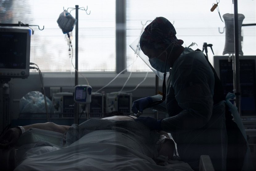 Personal médico atiende a un paciente recluido en una Unidad de Cuidados Intensivos.