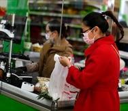 """Los empleados de supermercados y colmados figuran entre las categorías elegibles para recibir """"Premium Pay"""" si trabajaron al menos 500 horas presenciales durante la pandemia y para el patrono que actualmente tengan."""