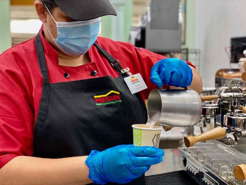 """Una encuesta hecha por el """"task force"""" económico, arrojó que el  sector de alimentos mantiene activos 32,005 empleados en medio de la pandemia, seguido por el de dispositivos médicos, con 7,474. (archivo)"""