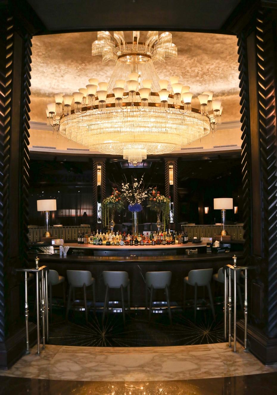 La barra del vestíbulo y su gran lámpara son emblemáticos de El San Juan Hotel.