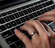 ARCHIVO - En esta fotografía de archivo del 19 de junio de 2017, una persona escribe en el teclado de una computadora portátil en North Andover, Massachusetts. (AP Foto/Elise Amendola, archivo)