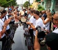 """San Juan , Puerto Rico, Octubre 3 , 2021 - MCD - FOTOS para ilustrar una historia sobre los actos fúnebres para Roberto Roena. EN LA FOTO peleros recibieron el coche fúnebre al son de plena en la calle Aponte en Villa Palmeras frente a la casa donde el músico vivió con su madre.FOTO POR:  tonito.zayas@gfrmedia.comRamon """" Tonito """" Zayas / GFR Medió"""