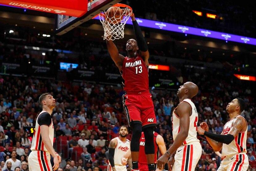 El pivot del Heat de Miami Bam Adebayo (13) clava el balón en duelo ante los Trail Blazers de Portland. (AP / Wilfredo Lee)