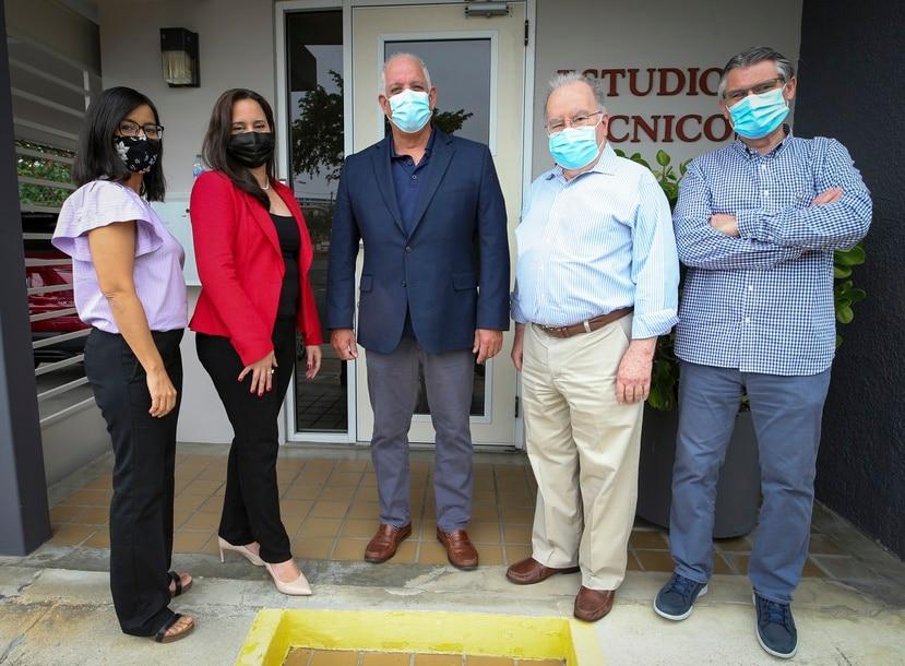 Desde la izq.: Wanda Crespo, Anitza Cox,  Graham Castillo, José Joaquín  Villamil y Carlos Torija. Todos son parte del equipo gerencial de la firma Estudios Técnicos.