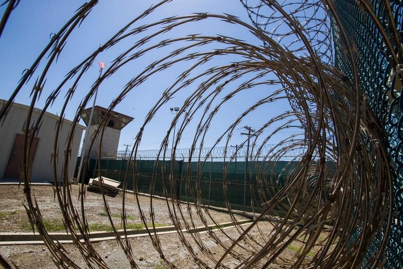 La torre de control a través de un alambre de púas en la Base Naval de la Bahía de Guantánamo, en Cuba.