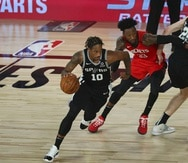 DeMar DeRozan (10) fue firmado por los Bulls por $85 millones, tras una transacción con los Spurs de San Antonio.