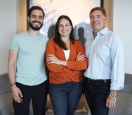 Desde la izquierda: el cofundador de Holberton, Sylvain Kalache; la directora de la academia en Puerto Rico, Verónica Colón; y uno de sus principales inversionistas, Adam Beguelin.