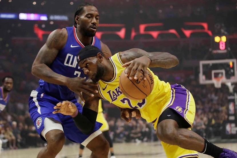 Kawhai Leonard, de los Clippers, frente a LeBron James, de los Lakers. (AP)