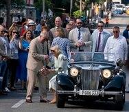 El príncipe Carlos ayuda a su esposa Camila a bajarse de un automóvil MG-TD de 1953.  (AP / Ramón Espinosa)