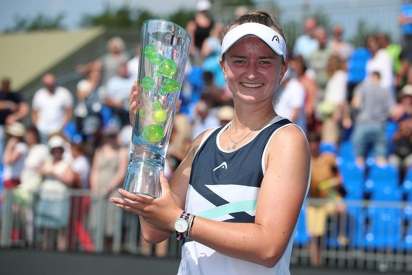 Barbora Krejcikova muestra su trofeo del Abierto de Praga.