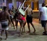 El vídeo captó el momento en que una de las turistas lanzó a otros una silla.