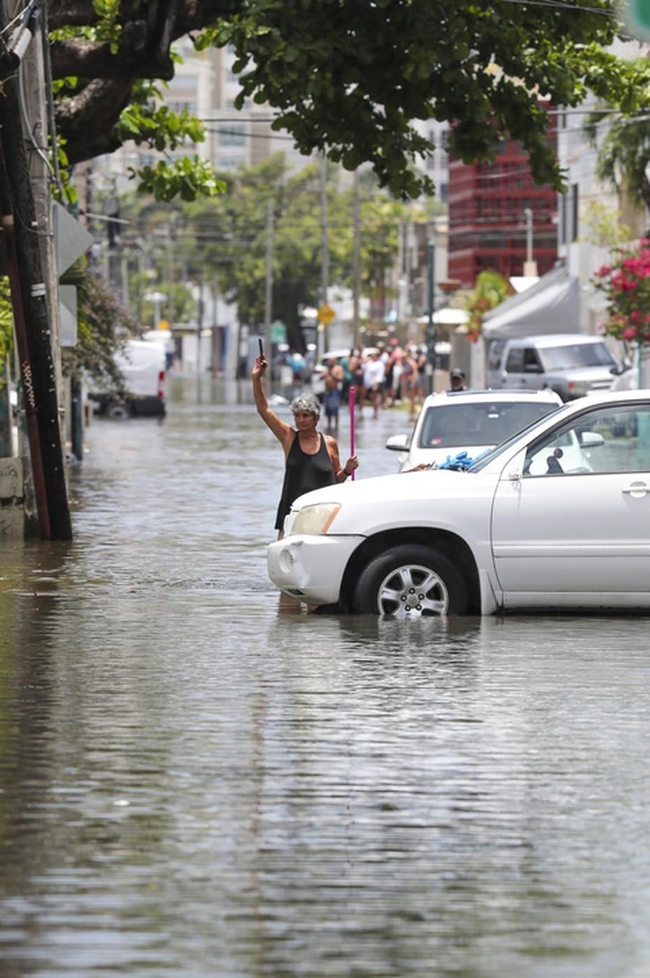 Las inundaciones provocaron que ciudadanos salieran a la calle a tratar de proteger sus propiedades.