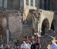 El papa Francisco pide paz entre las ruinas de iglesias en Mosul