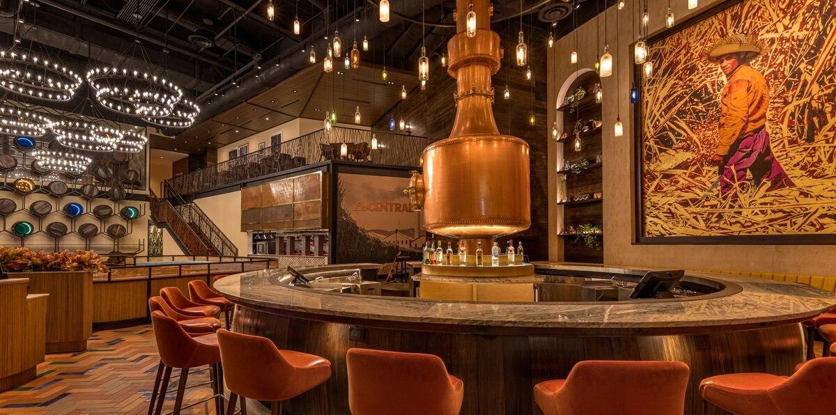 Un enorme alambique en el centro de la barra principal es el protagonista de la decoración del restaurante La Central by Mario Pagán.