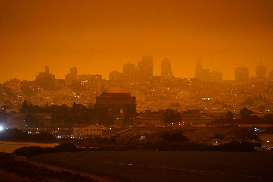 El horizonte anoche detrás del antiguo campo de aviación Crissy Field en San Francisco.