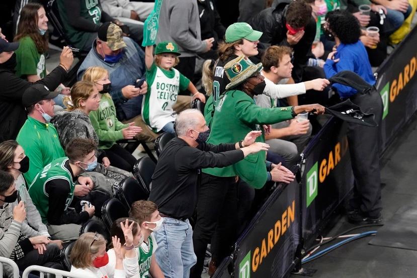 En uno de los partidos de playoffs en Boston, un espectador de los Celtics golpeó con una botella de agua al estelar base de los Nets, Kyrie Irving, de camino al camerino.