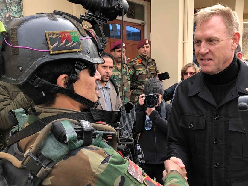El secretario de Denfensa, Pat Shanahan, saluda un comando afgano en Afganistán. (AP)