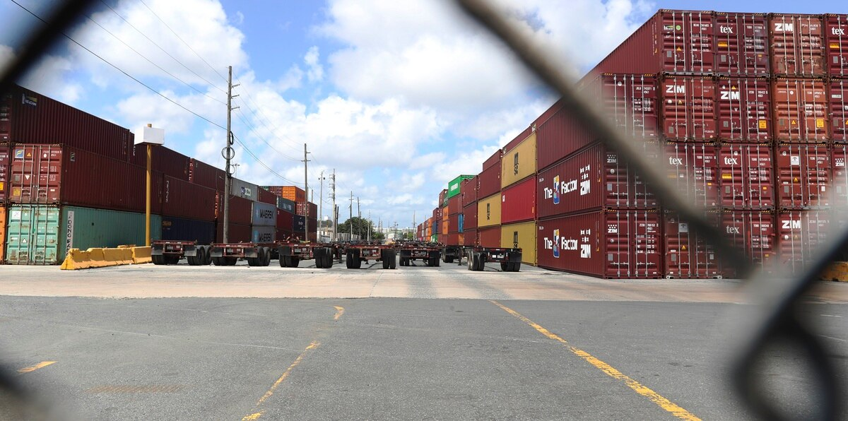 Los vagones se quedan en el muelle: camioneros inician paro indefinido