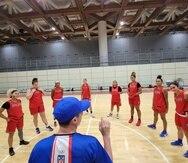 El dirigente Jerry Batista ofrece instrucciones durante una práctica del Equipo Nacional en la Villa Olímpica de Tokio.