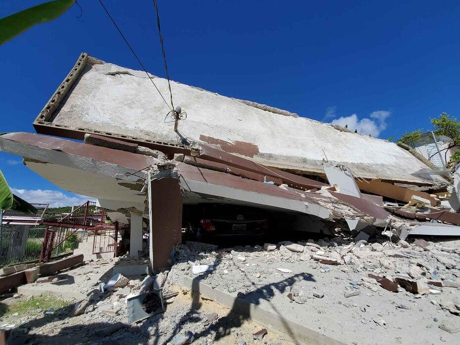 Una residencia en el barrio Verdún en Guayanilla colapsó mientras sus habitantes se encontraban en el interior, pero la pareja no resultó herida.
