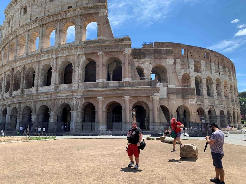 Vista de los escasos turistas en las inmediaciones del Coliseo en Roma este martes. (EFE/ Álvaro Caballero)