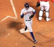 Carlos Correa anota la carrera que le dio la ventaja a los Astros en la novena entrada.
