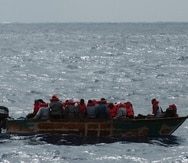 Imagen de archivo de una intervención con indocumentados que intentan entrar a la isla por la costa oeste de forma ilegal.
