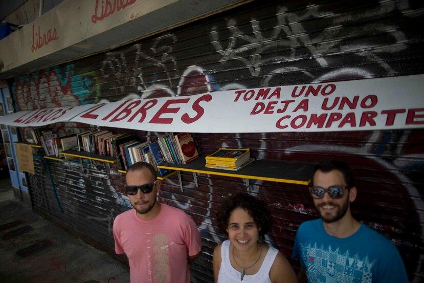 Eduardo Benson, Nina Coll y Zevio Schnitzer, tres vecinos de Santurce, adoptaron el proyecto Libros Libres con el propósito de compartir lecturas y llamar la atención sobre los espacios abandonados en su comunidad.