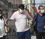 Alexis Joel, junto a sus padres, llega a la entrada principal de La Fortaleza.