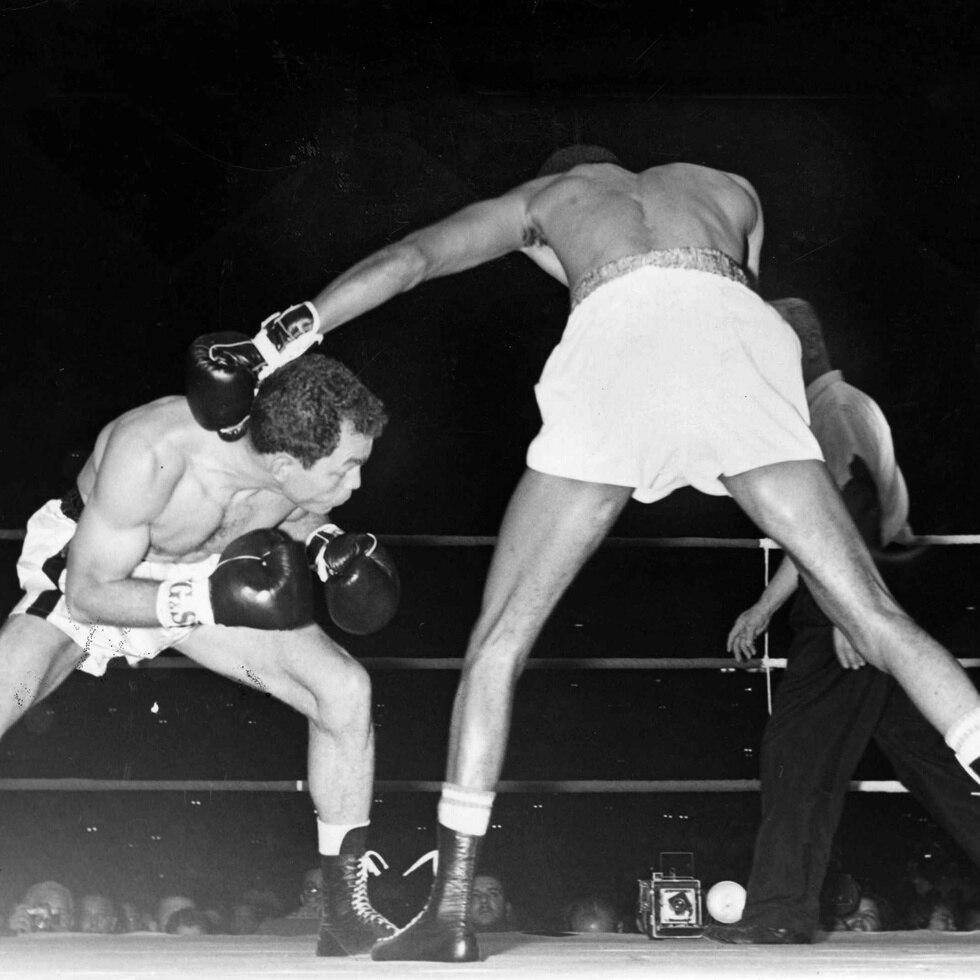 Carlos Ortiz (izq) brilló en el boxeo con una depurada técnica y sólido desplazamiento en el cuadrilátero. Aquí, en una de sus peleas como campeón del peso ligero. (Archivo)