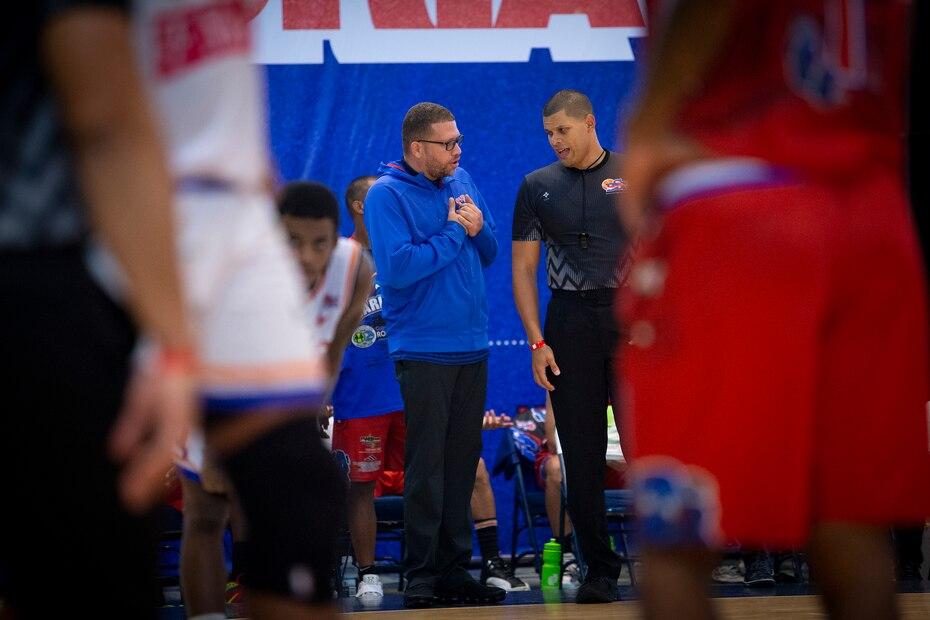 El dirigente de los Cariduros de Fajardo, Iván Ríos, aprovecha un momento de pausa para explicarle un punto a uno de los oficiales en medio del partido en que su equipo dominó 95-79 a los Atléticos de San Germán.