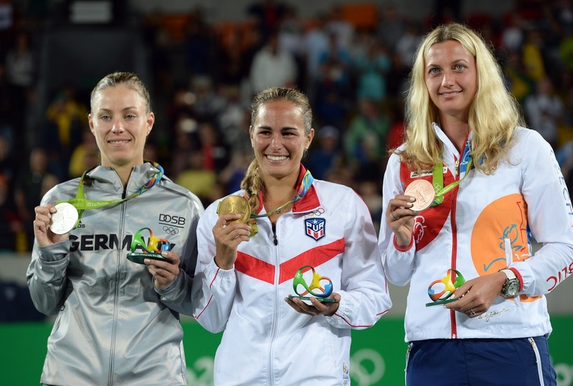Mónica Puig, al centro, posando con su histórica medalla de oro en Río 2016 junto a Angelique Kerber (izquierda) a quien derrotó en la final, y al lado de la cheque Petra Kvitová (derecha) a quien venció en semifinales.