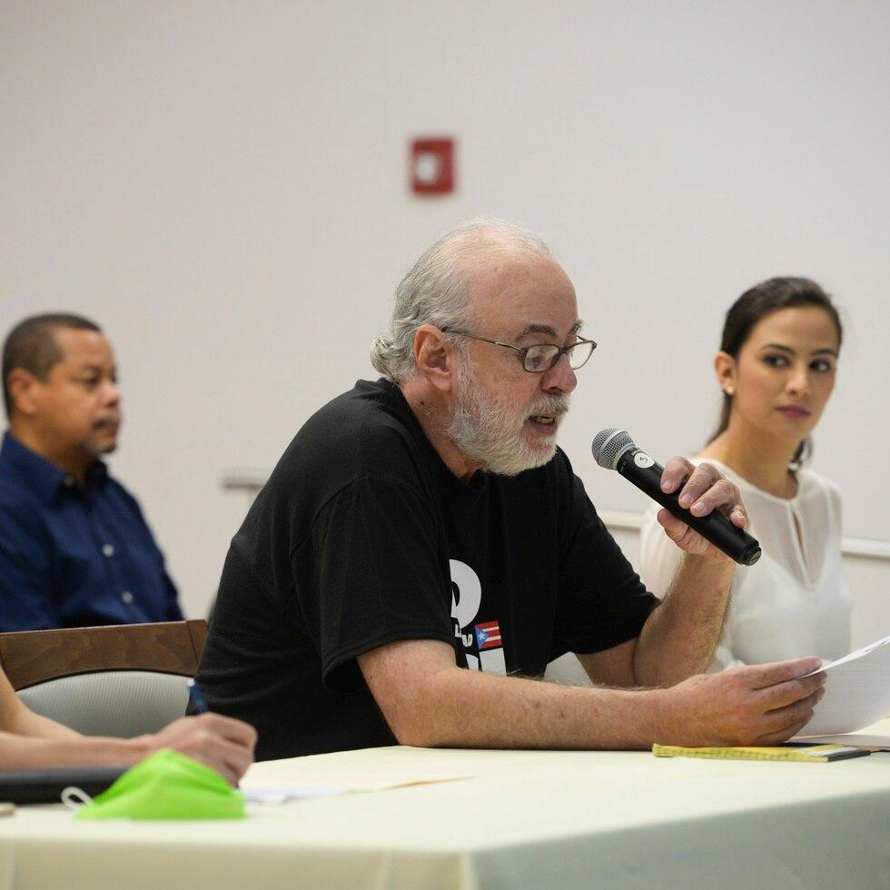 De izquierda a derecha, Gabriel Casals en representación de la Juventud del Partido Independentista (PIP), licenciado Eugenio Hopgood Dávila y Aurora Muriente Pastrana de la Juventud del Movimiento Independentista Nacional Hostosiano.
