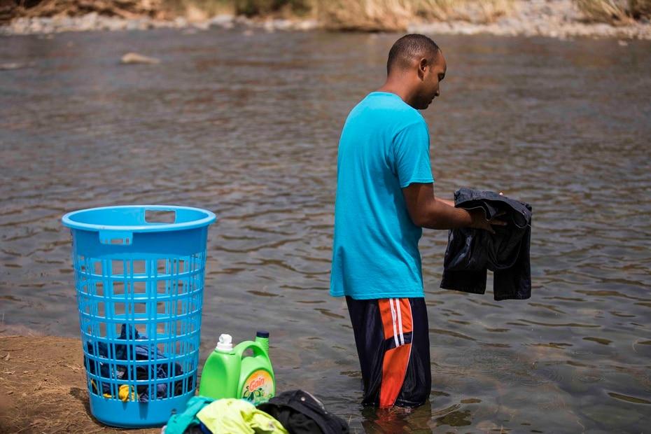 Gabriel Rodríguez lavó una tanda de ropa por primera vez en el río.