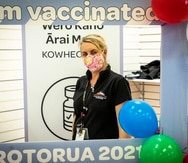 Los trabajadores de salud en Nueva Zelanda han administrado un número récord de vacunas cuando las autoridades realizan un festival dirigido a inocular a más personas contra el coronavirus.