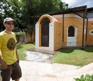 Owen Ingley muestra una vivienda construida en superadobe en la finca de Plenitud PR, en Las Marías. (GFR Media)