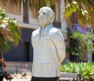 Develan escultura de don Ricardo Alegría en el Viejo San Juan