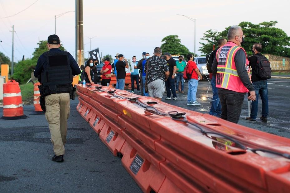 Una barrera dividía a los manifestantes de las autoridades que custodiaban el lugar.