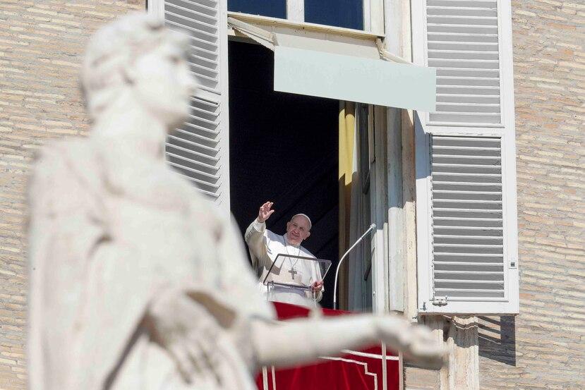 El papa Francisco realizó una bendición desde su estudio para el público que llegó hasta la Ciudad del Vaticano como parte de la ceremonia. (AP)