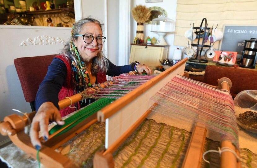 Lola Aponte Ramos, quien confeccionará ropa, manteles, chales y otros, rara vez vende sus piezas.