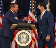 El gobernador Pedro Pierluisi durante el mensaje en el que nominó a Javier Bayón (derecha) a PRIDCO.