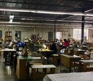 Más de cinco empresas textiles boricuas  se han sumado al esfuerzo de producir mascarillas, batas y otros equipos de protección. En la foto, la Cooperativa Industrial Creación de la Montaña, en Utuado. (archivo)