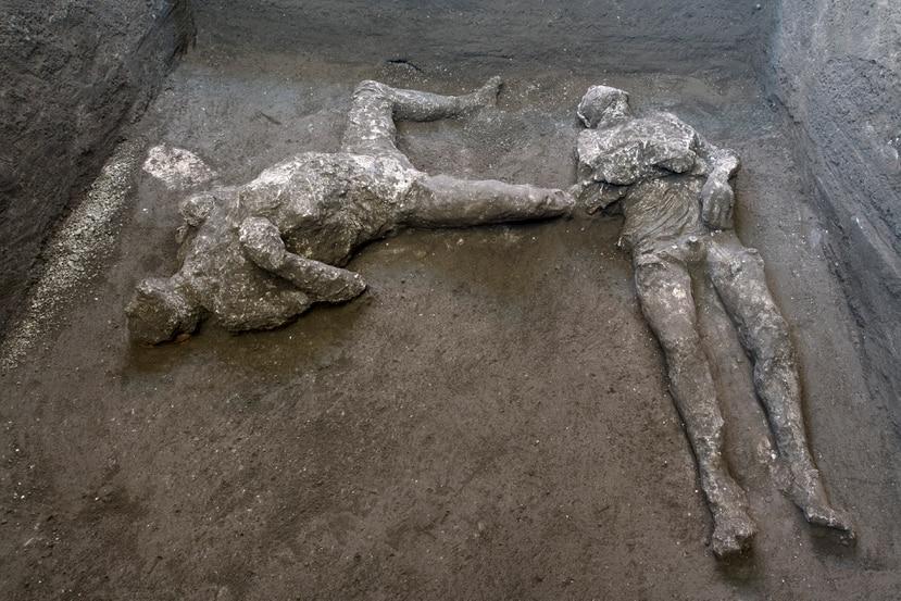 Los moldes de yeso de lo que se cree eran un hombre rico y su esclavo que huían de la erupción del volcán Vesuvio hace casi 2,000 años se ven en lo que era una finca elegante en las afueras de la antigua ciudad romana de Pompeya.