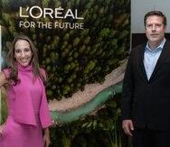 Liana Camacho, directora de la División de Productos Profesionales de L'Oréal Caribe, junto a Dave Hughes, gerente general de L'Oréal Caribe.