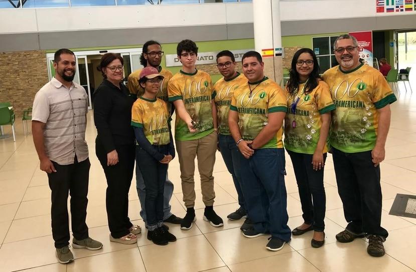 El equipo ponceño muestra al Coquí Bio-Drone, con el que ganaron primer lugar en Estados Unidos. (Suministrada)