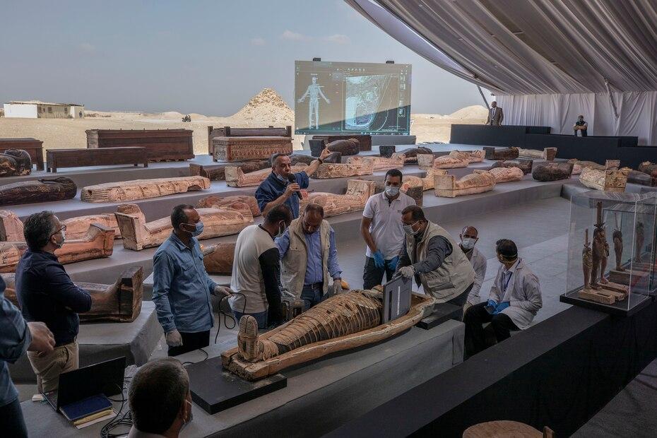 Mostafa Waziri, secretario general del Consejo Supremo de Antigüedades, habla sobre un antiguo sarcófago de más de 2,500 años descubierto en una vasta necrópolis.