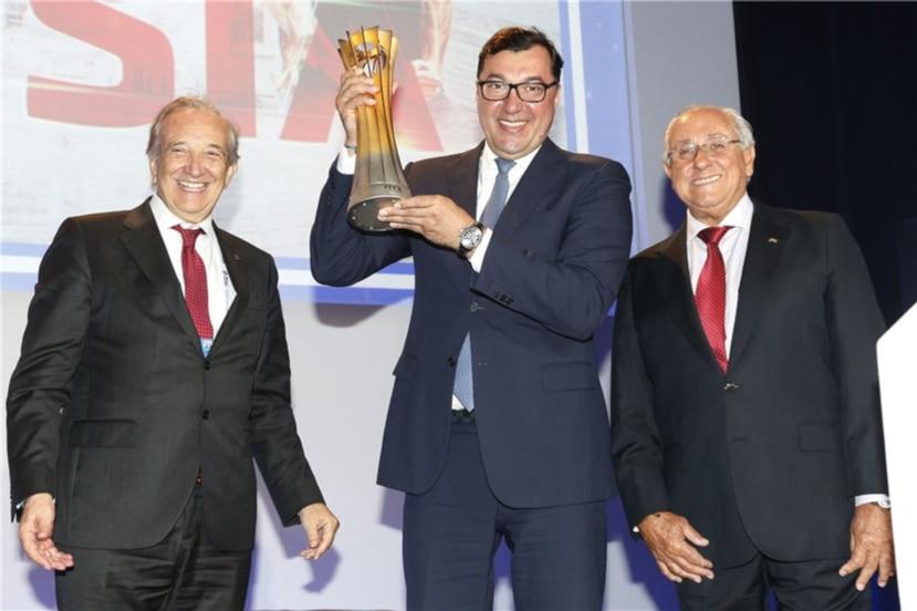 El presidente de la FIVB Ary Graça (derecha), junto al presidente de la Federación Rusa de Voleibol Stanislav Shevchenko (centro) y el presidente de la Federación Nacional de Italia, Pietro Bruno Cattaneo. (Cortesía FIVB.com)