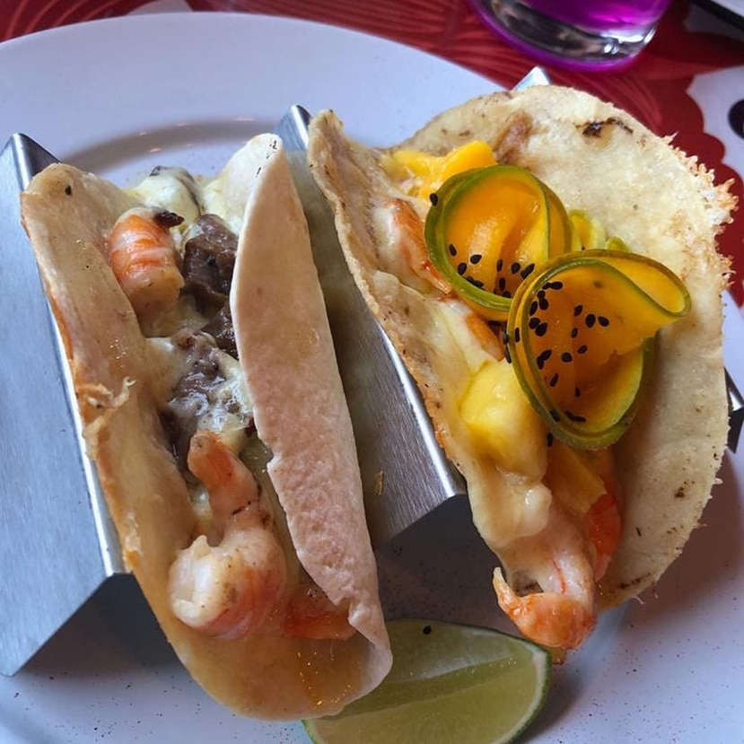 El pequeño local Tacos de Roy que, aunque muy modesto, sirve los mejores tacos de chuleta, según los locales, con una salsa de chicharrones, producto secreto de la familia que pasa la receta de generación en generación.