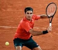 Roger Federer venció al alemán Dominik Koepfe en un partido que comenzó la noche del sábado y culminó al filo de la 1 de la madrugada del domingo.